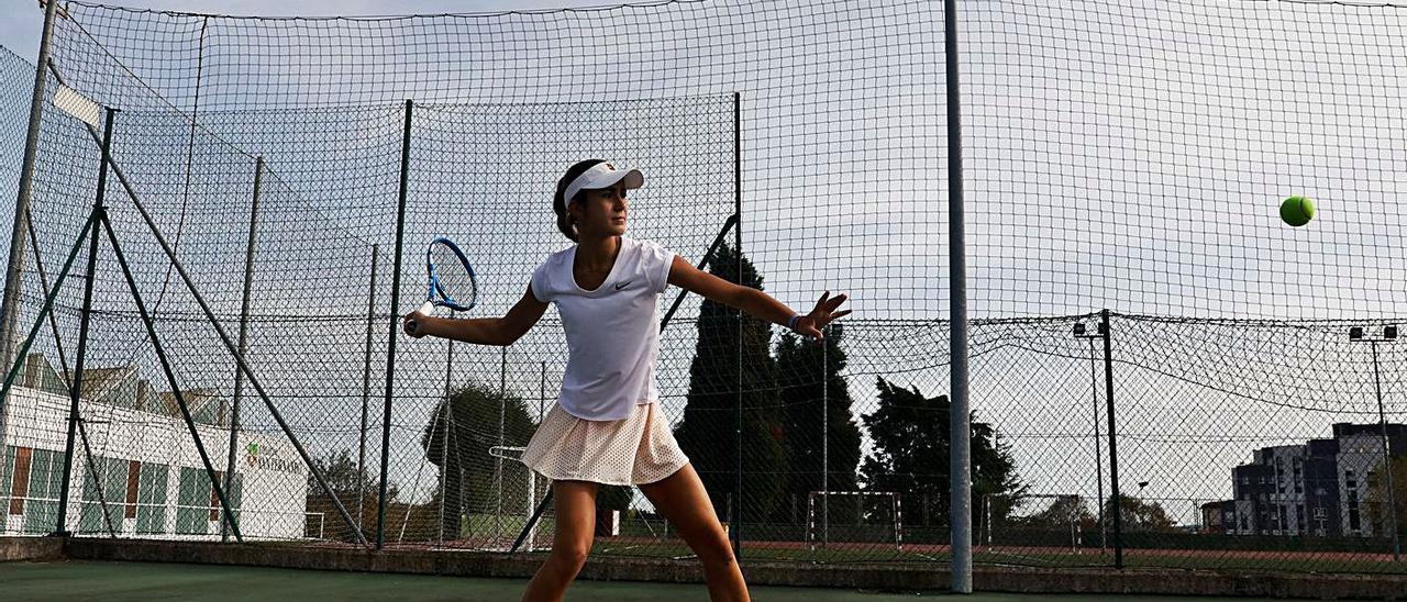 La tenista Ana Martínez, en las pistas del San Fernando.
