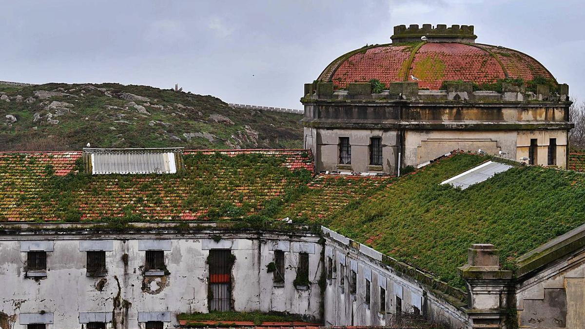 Fachadas y cubiertas deterioradas de la antigua prisión coruñesa.     // VÍCTOR ECHAVE