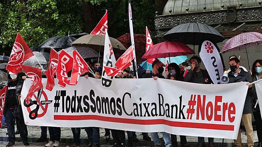 Protesta y huelga por el ERE de Caixabank tras absorber a Bankia