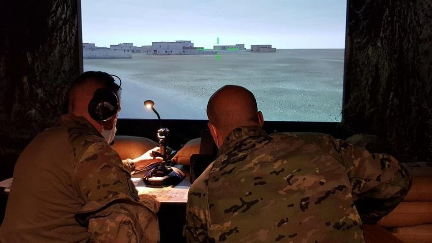 Efectivos de Artillería de la BRI X se instruyen en el simulador de helicóptero Tigre