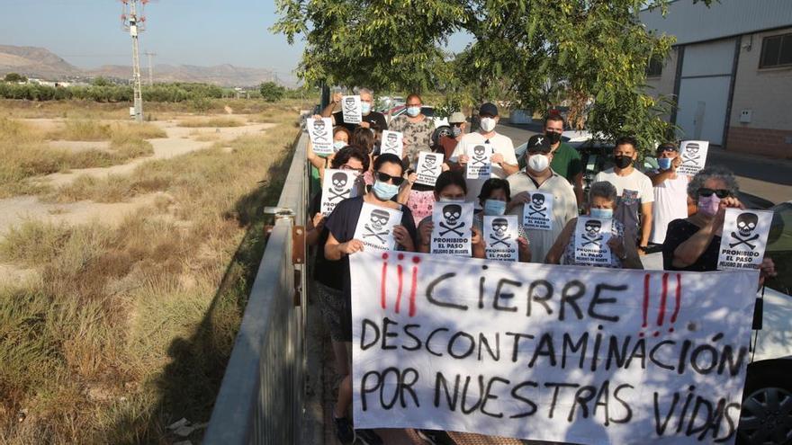 Protesta de los vecinos del barrio de Los Manchegos en San Vicente por un solar con amianto