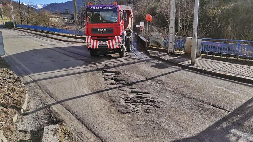 Turón amenaza con dejar a la térmica de La Pereda sin suministro por los daños causados a la carretera