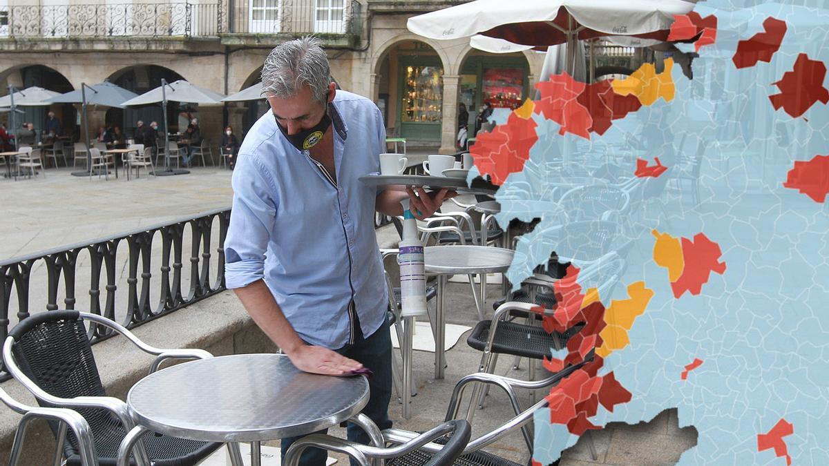 Un camarero prepara una mesa en una terraza de Ourense