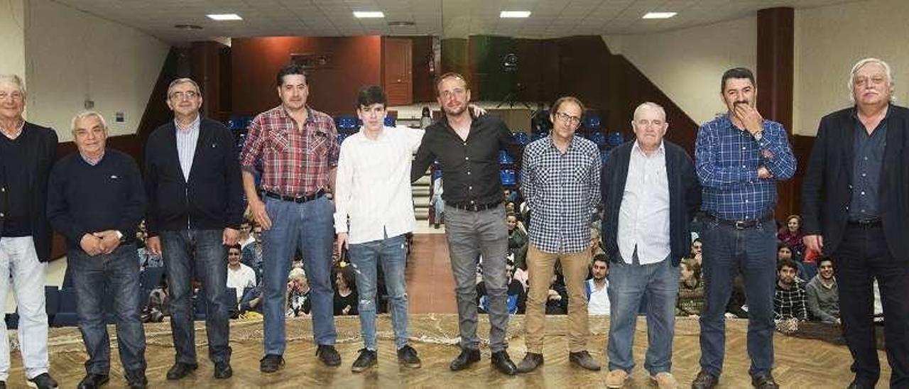 Protagonistas de O Salto con su director Adrián González.  // D.P.