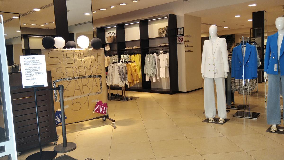 Los empleados de Zara colocaron ayer un cartel a la entrada de la tienda.