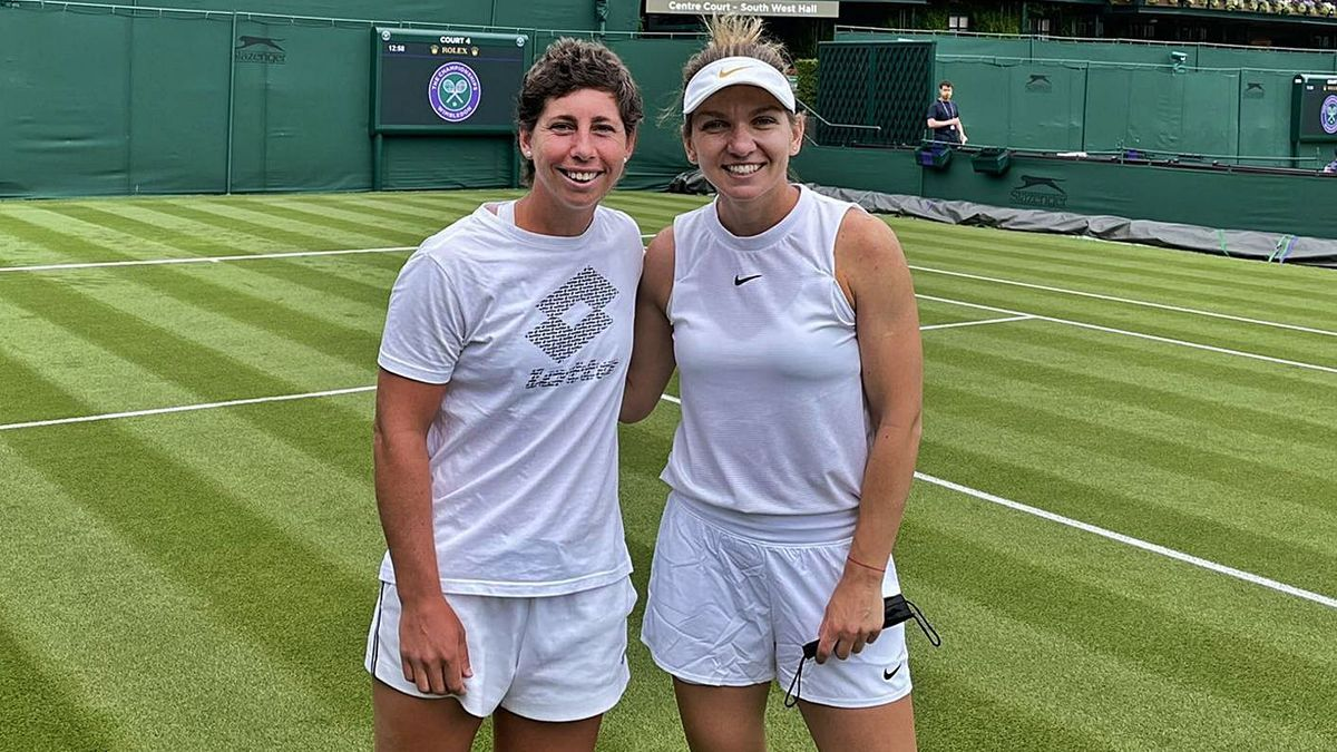 Carla Suárez with Simona Halep, who will not participate in Wimbledon due to injury, these days on the grass.  |  |  DARREN CAHILL / ESPN