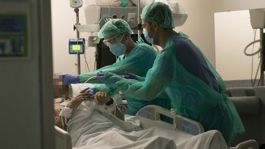 Las hospitalizaciones por coronavirus consiguen bajar de 100 en Asturias desde octubre