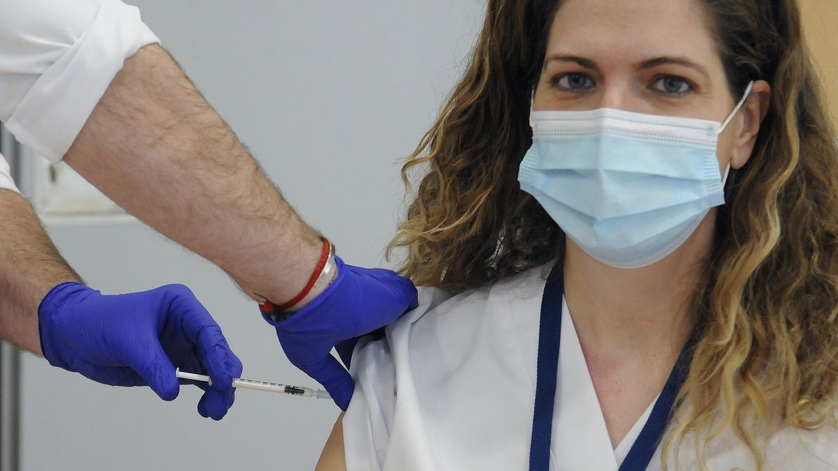 Una doctora recibe una vacuna contra la Covid