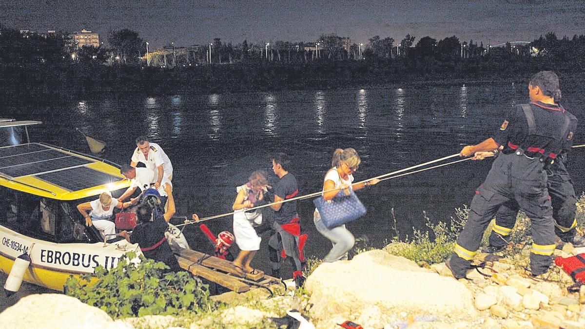 Los Bomberos de Zaragoza improvisan una pasarela para rescatar a los pasajeros del Ebrobús en 2009