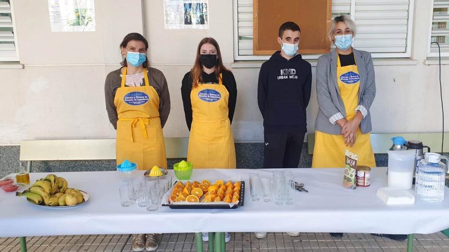 El alumnado del ciclo en atención a dependientes ofrece a sus compañeros un desayuno saludable