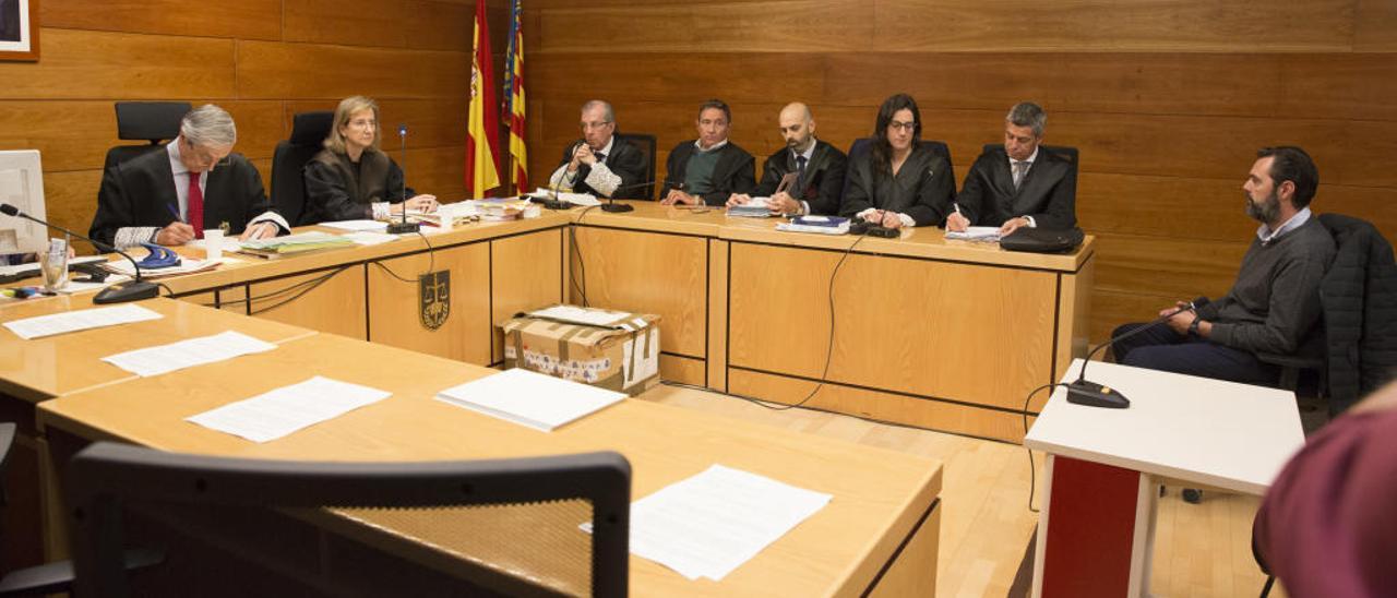 Un momento del juicio con la magistrada, el letrado judicial y, en la bancada de la derecha, las partes.