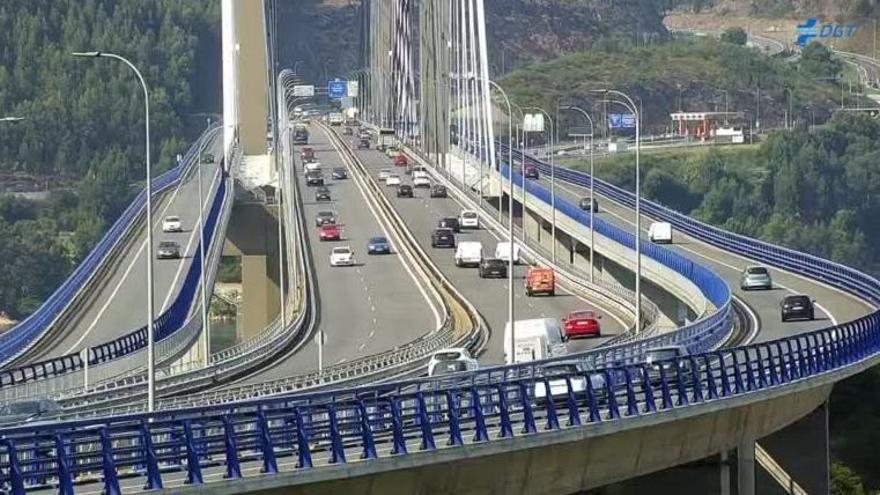 Alertan de dos personas cruzando a pie el puente de Rande