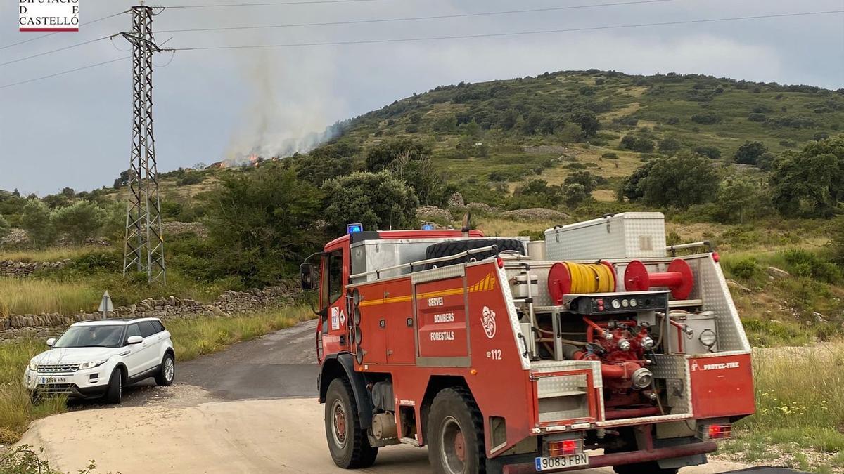Los bomberos intervienen en el incendio de Catí