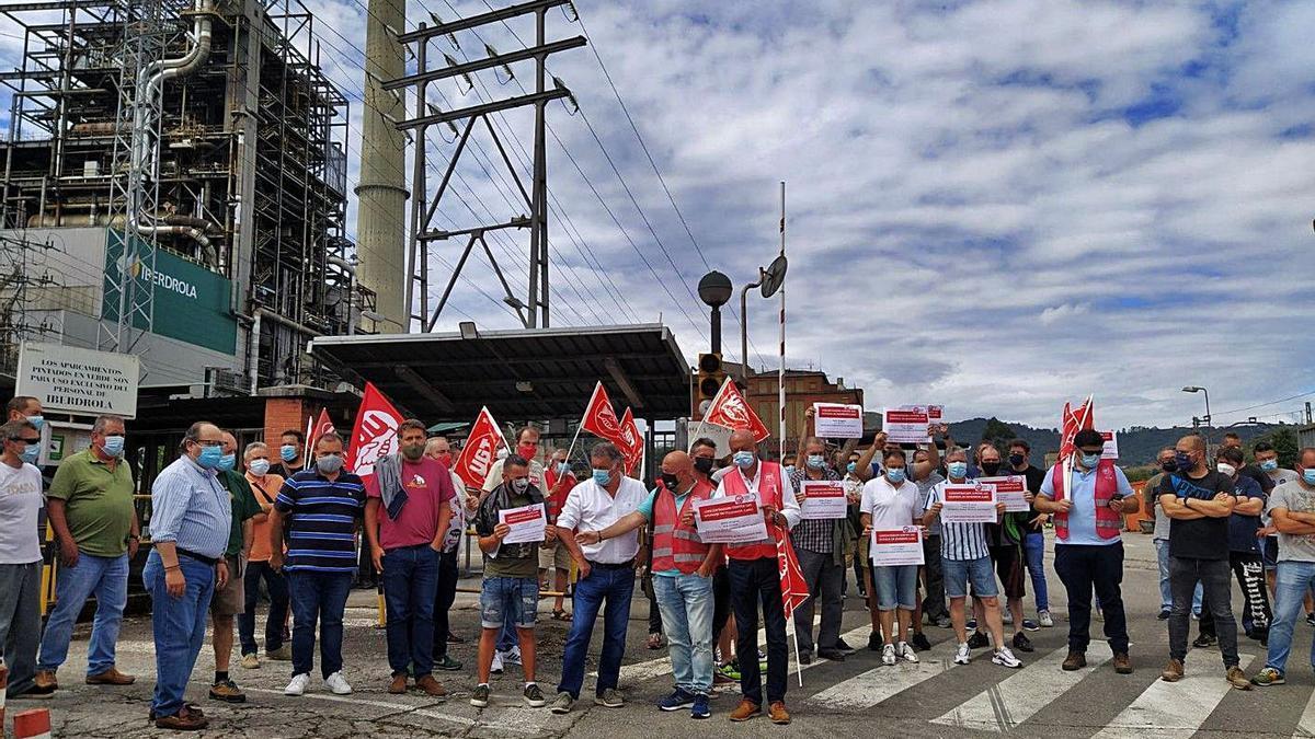 Una de las últimas protestas de trabajadores ante la térmica de Lada. | M. A. G.