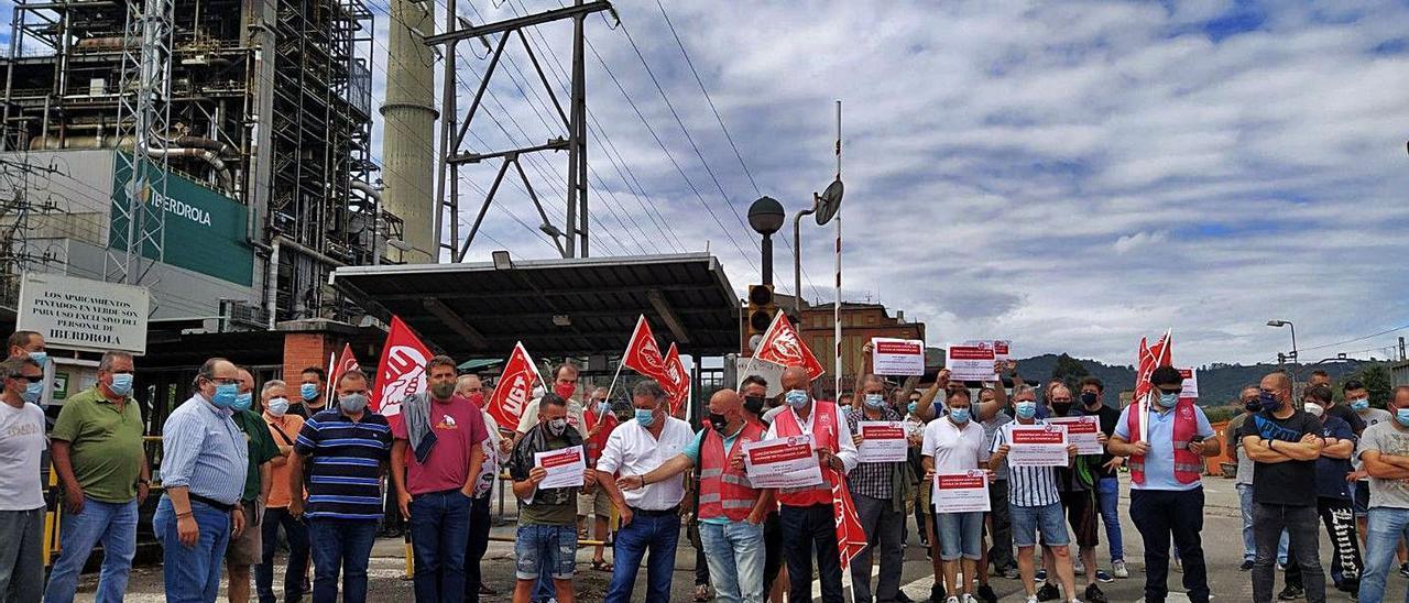 Una protesta contra el cierre de las térmicas, ante la central de Lada. | Fernando Rodríguez