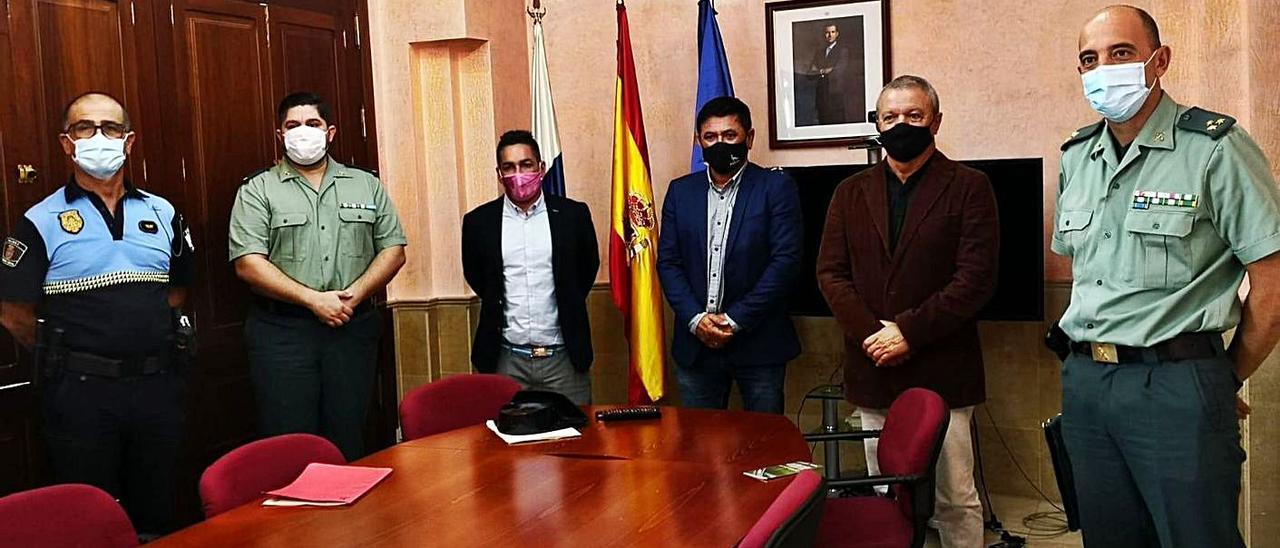 Autoridades y funcionarios tras la firma del protocolo de colaboración entre Estado y Ayuntamiento de Pájara, ayer.     LP/DLP