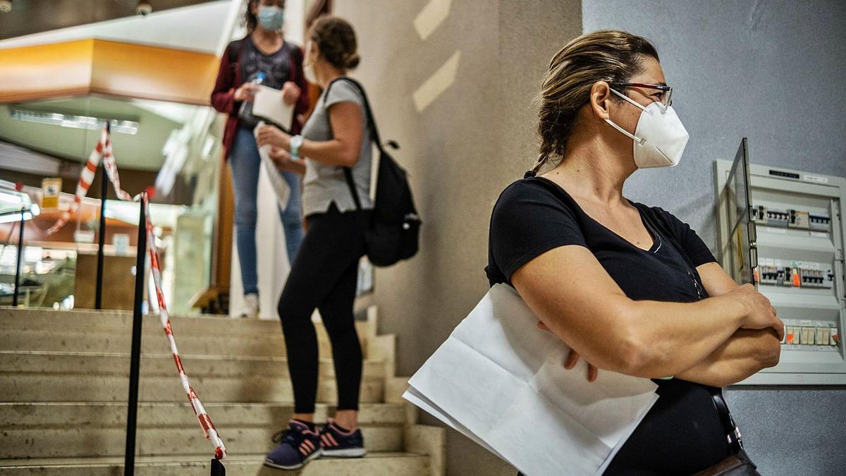 Las fisioterapeutas esperan en el Colegio de Enfermería de Santa Cruz de Tenerife a recibir la segunda dosis con el documento de consentimiento por rechazar la segunda dosis de Pfizer.