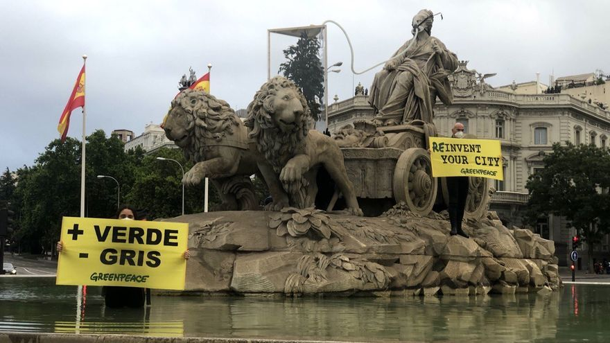 Diez activistas de Greenpeace, detenidos por subir a la fuente de Cibeles