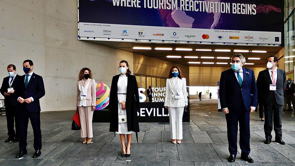 La Reina guarda un minuto de  silencio contra la violencia de género en la inauguración del Tourism Innovation Summit, junto al presidente de la Junta, Juanma Moreno, y el  alcalde de Sevilla, Juan Espadas. | Europa Press