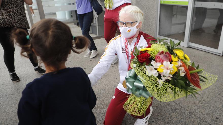 La campeona paralímpica Susana Rodríguez llega a Vigo entre flores y aplausos