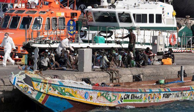 Llega un cayuco al puerto de Los Cristianos