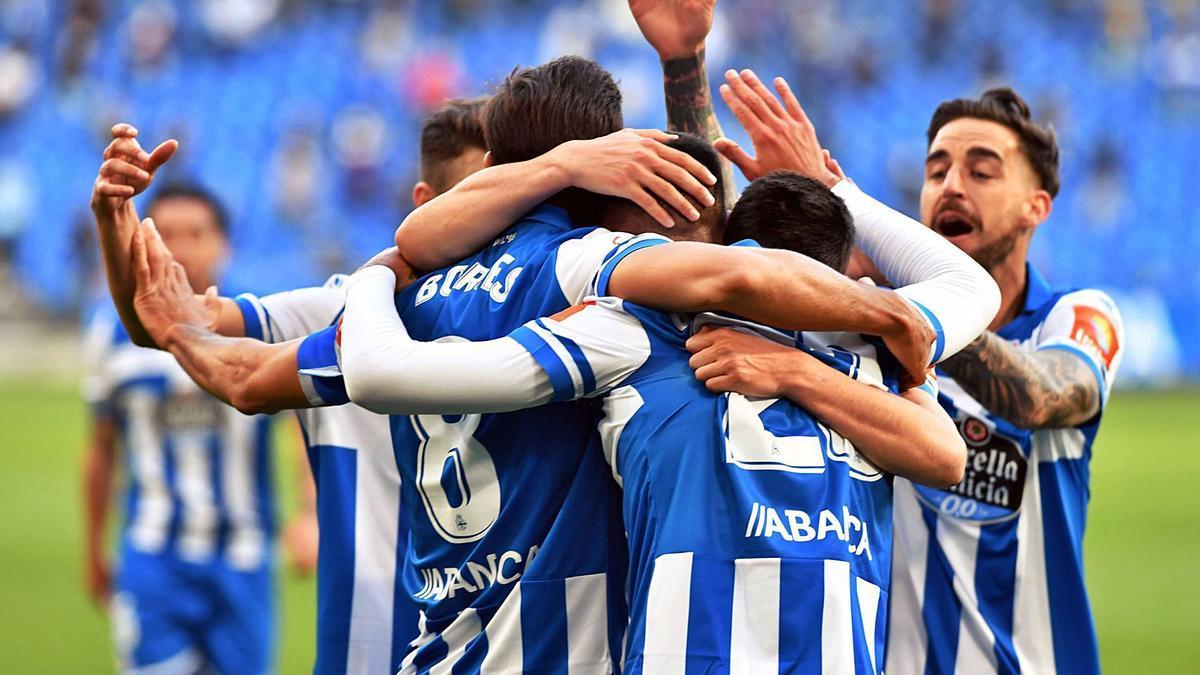 Los jugadores deportivistas celebran uno de los goles al Langreo. |  // VÍCTOR ECHAVE