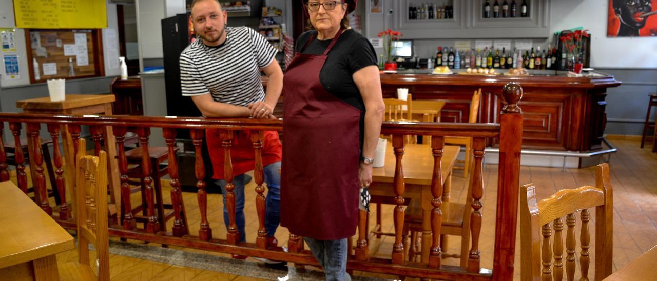 Paco González Asensio y Margarita Asensio en la zona del chigre de su local, Casa Vicentón, en Navelgas (Tineo)