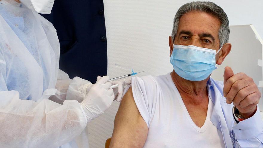Revilla increpado por un reducido grupo de hosteleros antes de recibir su primera dosis de la vacuna