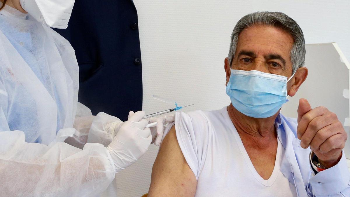 Revilla increpado por un reducido grupo de hosteleros antes de recibir su primera dosis de la vacuna.