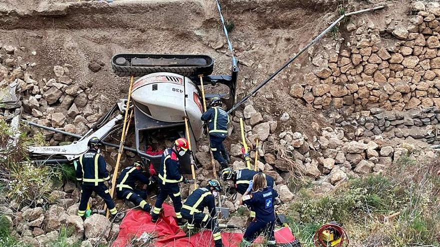 Un herido grave al volcar una retroexcavadora en Tenerife
