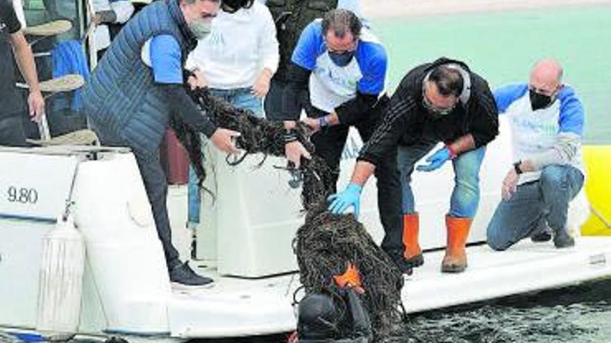 Escotet encabeza una jornada de voluntariado para retirar basura de los fondos marinos