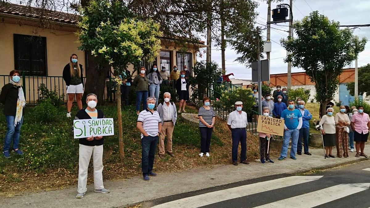 Vecinos de Pozoantiguo en la concentración celebrada ayer junto al consultorio médico.   Cedida