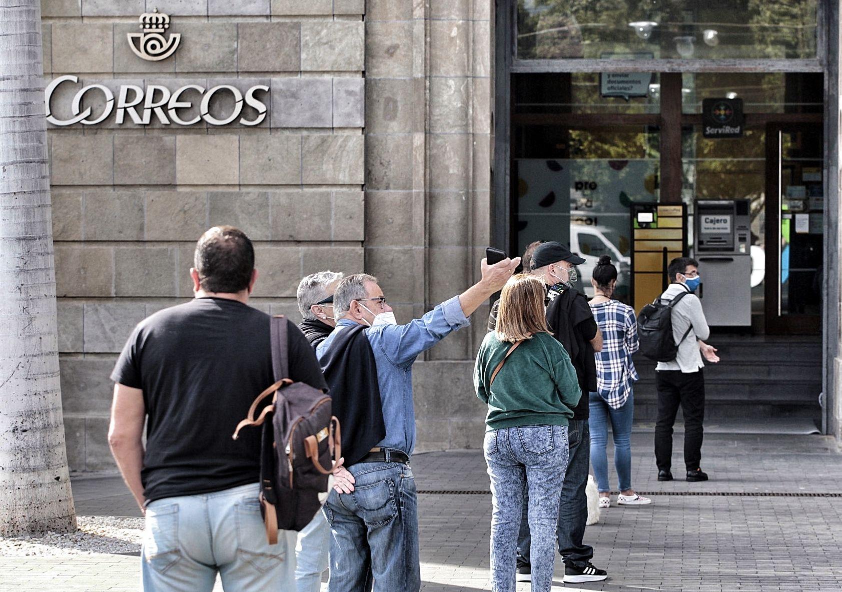 Colas en la oficina de correos Plaza España