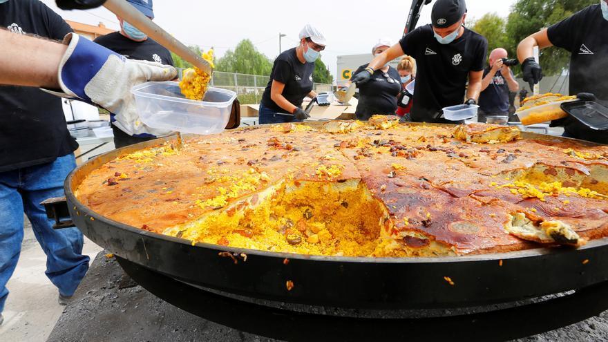 Cocinan en Elche el arroz con costra más grande del mundo
