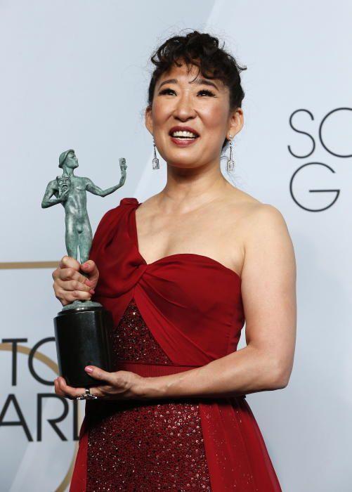 """Premios del Sindicato de Actores: Sandra Oh, con la estatuilla que obtuvo por su participación en la serie """"Killing Eve"""""""