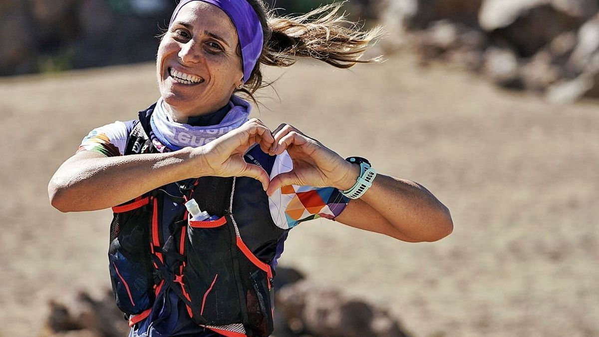 Una corredora de la Tenerife Bluetrail 2021 pasa por la zona del Teide.