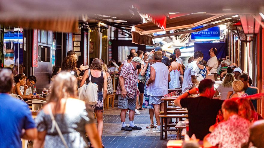 Benidorm llena sus terrazas y calles mientras el comercio se resiente por la falta de consumo