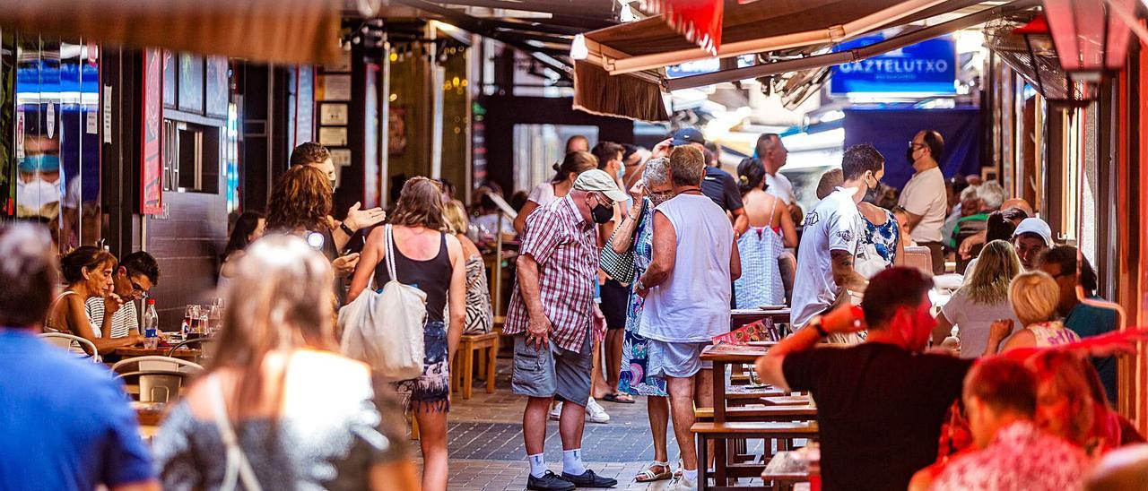 Una de las calles más concurridas del centro de Benidorm donde se juntan varios negocios hosteleros.   DAVID REVENGA