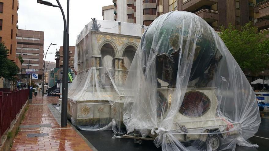 Protegen de la lluvia las carrozas del desfile de Jueves Santo en Lorca