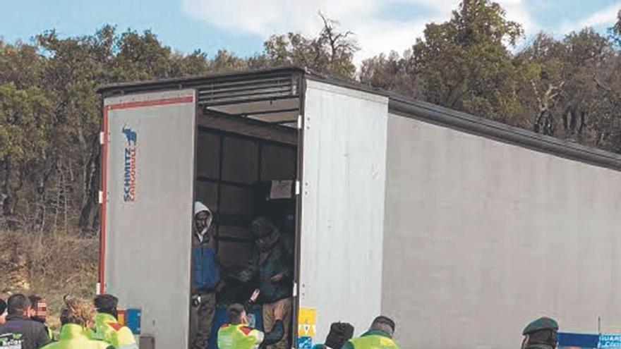 Troben quatre immigrants amagats en un camió a Figueres