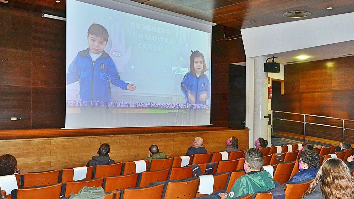 Proyección de trabajos sobre el micromachismo del colegio Virxe Milagrosa en Bueu.   | // SANTOS ÁLVAREZ
