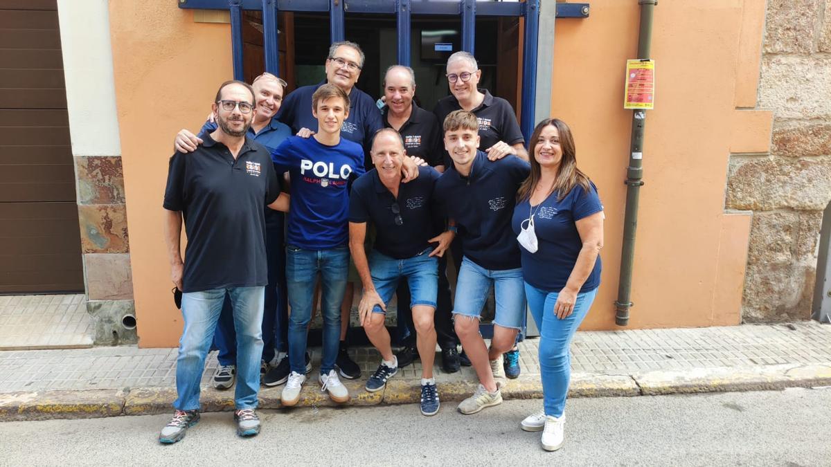 El motociclista burrianense Sergio García con miembros de la penya Vuits i Nous