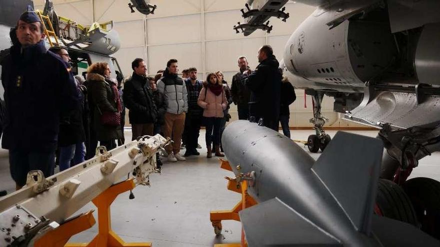 Alumnos del IES Peñamayor (Nava) visitan la Academia del Aire de León