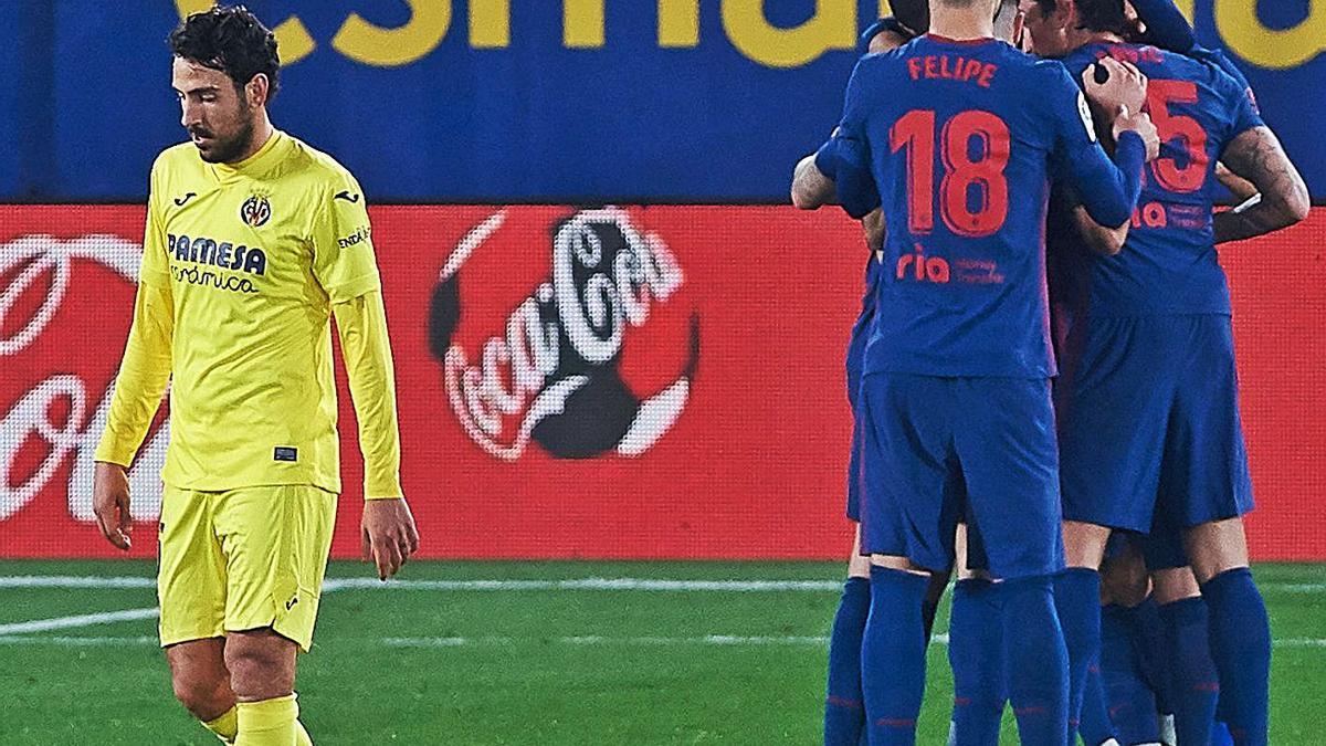 Los jugadores del Atlético celebran el segundo gol ante un desolado Parejo.    // EP