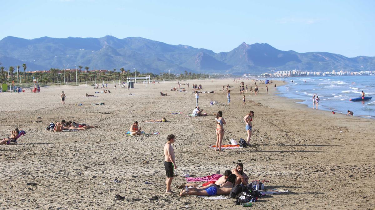 Los castellonenses y visitantes ya han disfrutado de la playa algún día soleado de este mes de mayo.