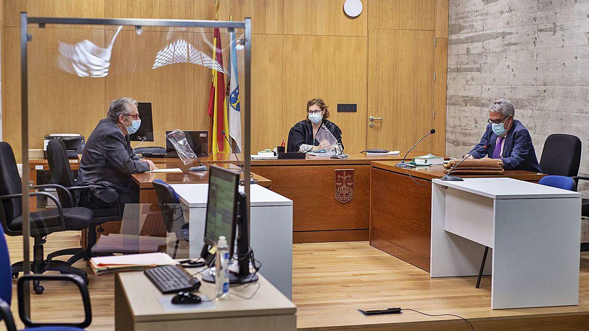 Los abogados de AJE y la CEO, antes del acto judicial de ayer.