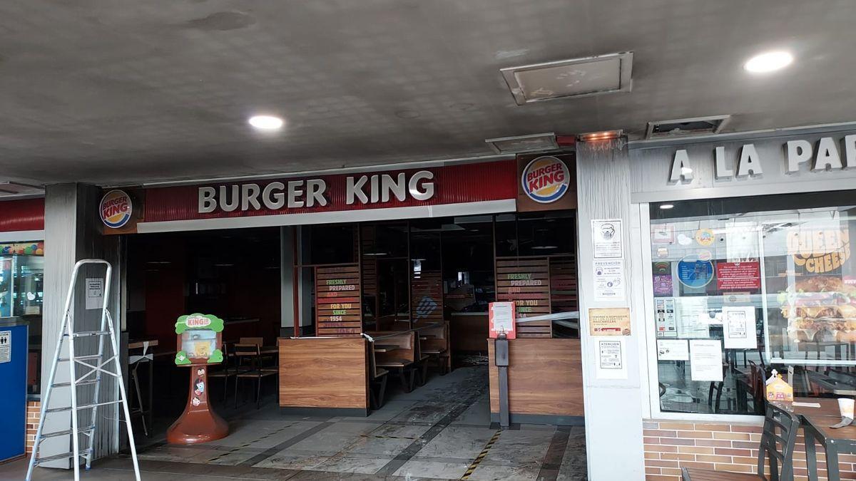 Incendio en el Burger King del Centro Comercial Deiland, en Playa Honda.