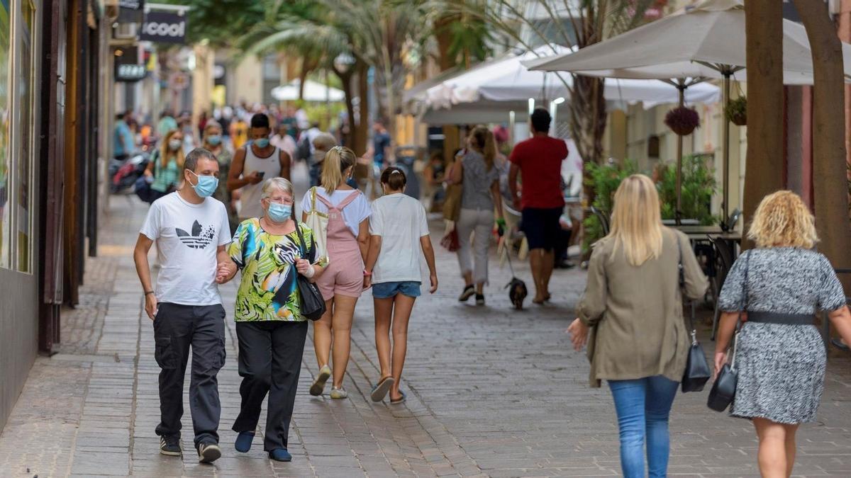 Varias personas caminan en una calle de Tenerife.