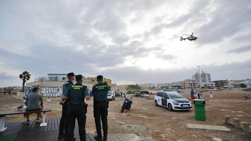 Imágenes del dispositivo de búsqueda de los dos desaparecidos cuando se bañaban en la cala de la Zorra de Torrevieja