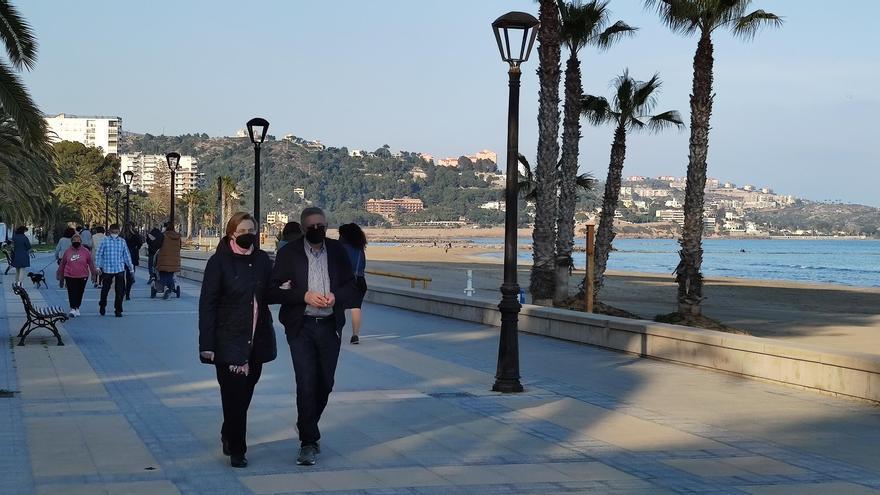 Tránsito de personas en el paseo marítimo de Benicàssim.